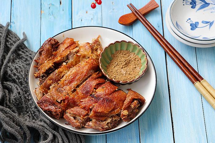皮脆肉酥的香酥鸭,酥而不油满口香,做法超级简单。