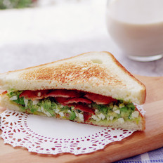 不用沙拉酱的牛油果培根三明治