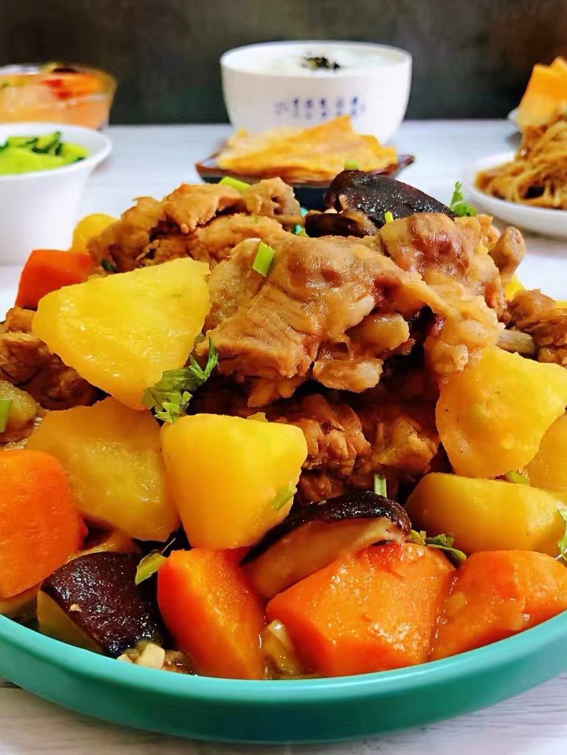 排骨炖土豆香菇胡萝卜