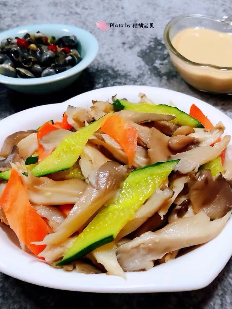 黄瓜胡萝卜炒平菇的做法