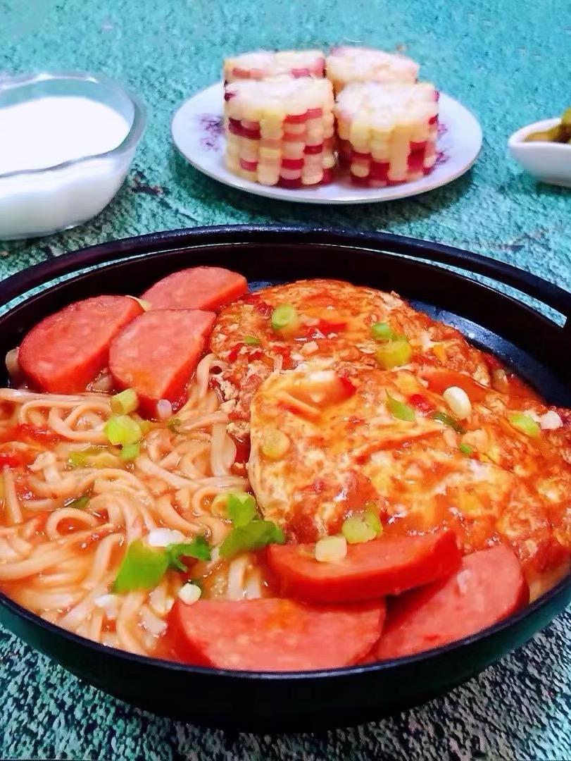 煎蛋番茄香腸面的做法