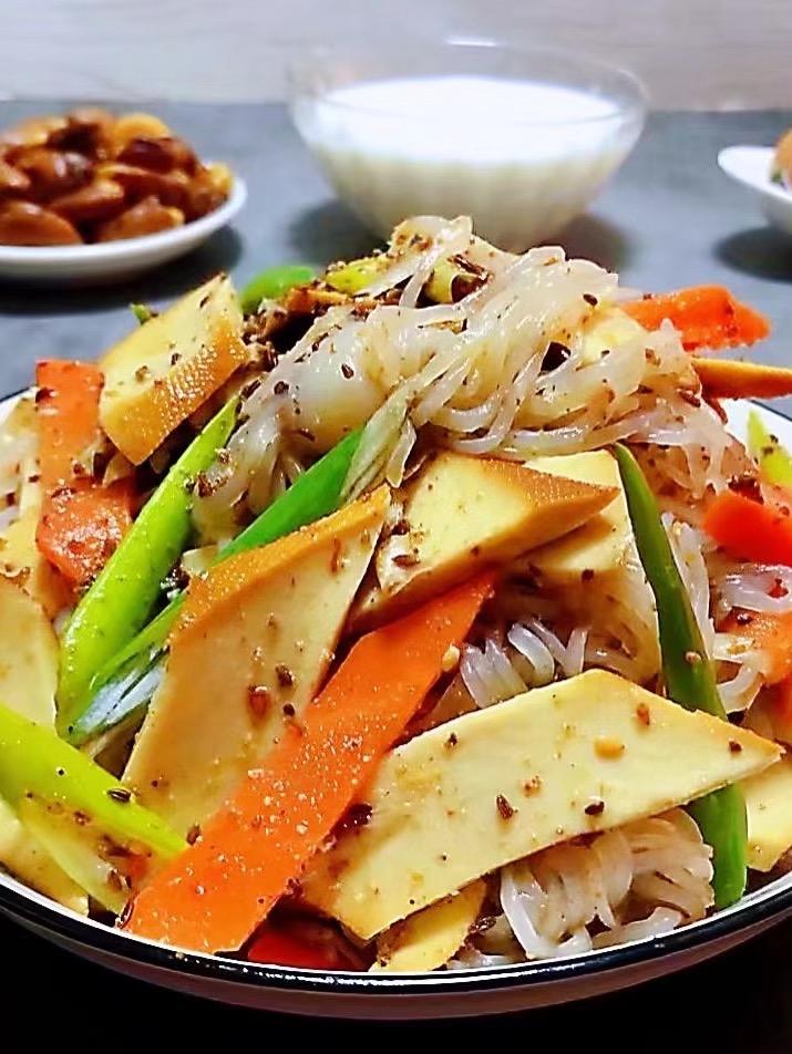 豆卷魔芋胡萝卜拌葱的做法