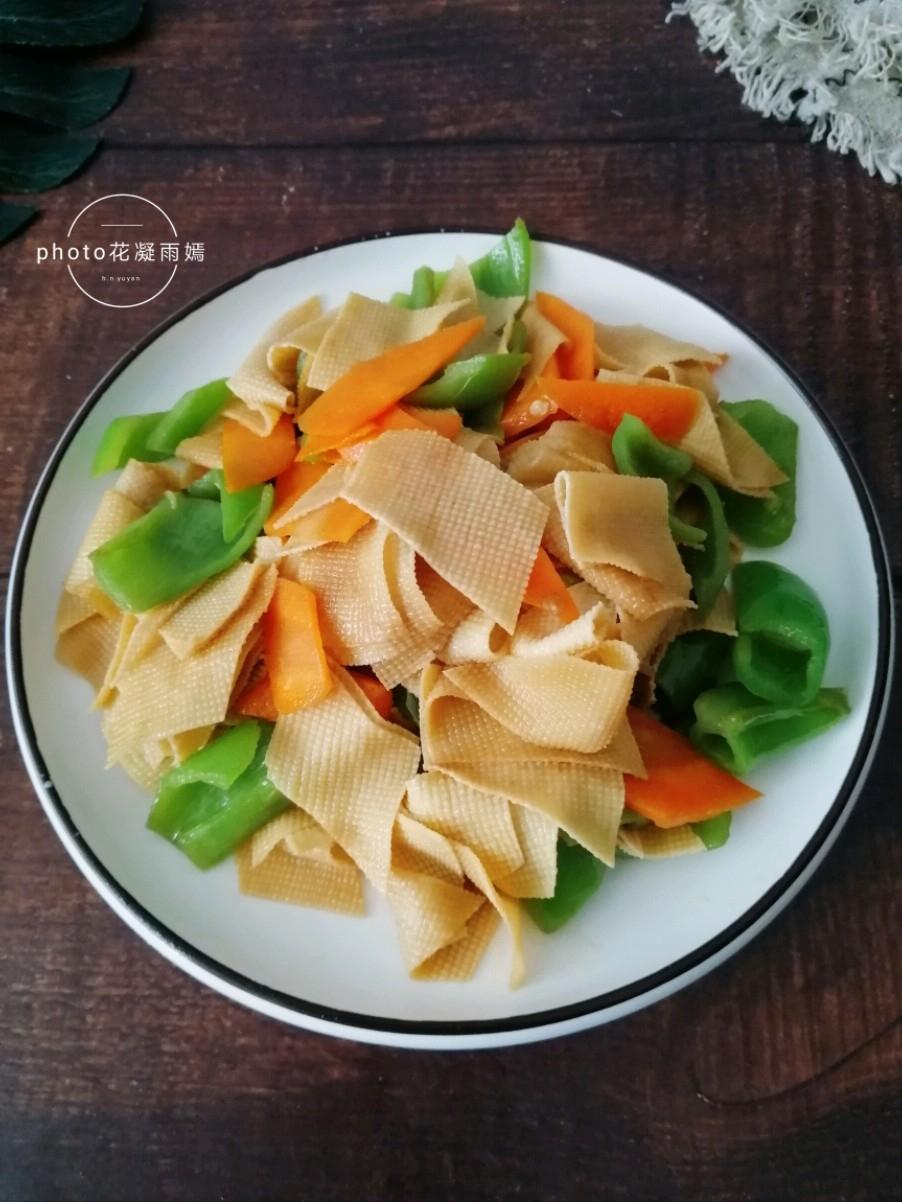 胡萝卜尖椒炒豆腐皮