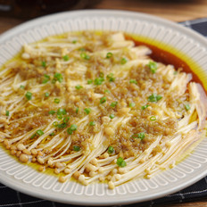 金针菇配上蒜蓉酱,蒸一蒸就很美味