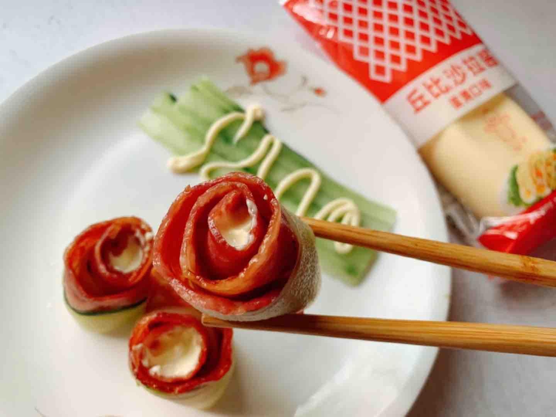 鲜香茹怎么做好吃青瓜培根花,酸甜有熏香的做法