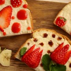 三款可爱的儿童节早餐草莓吐司片