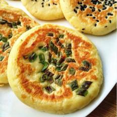 葱香土豆饼,色泽金黄,口感酥软,搭配酱汁~