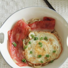 暖暖午餐,培根鸡蛋红汤面
