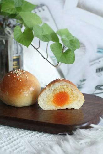 长得像蛋黄酥的椰蓉奶酥咸蛋黄面包的做法