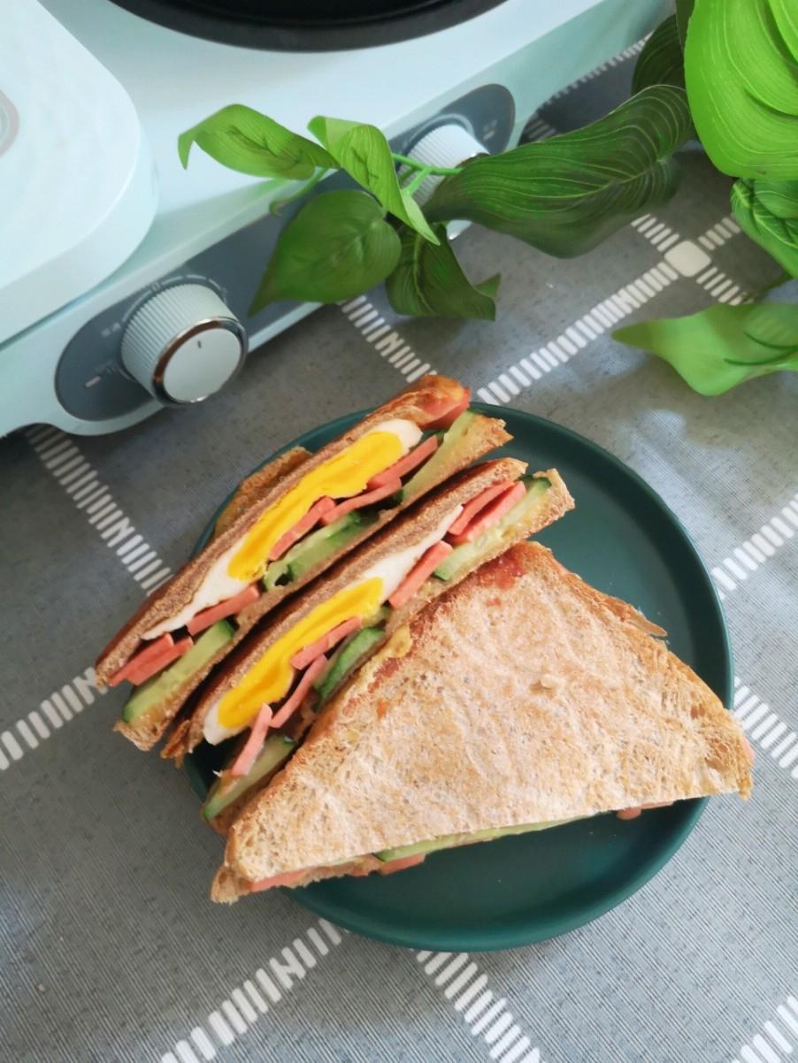黄瓜火腿奶酪三明治