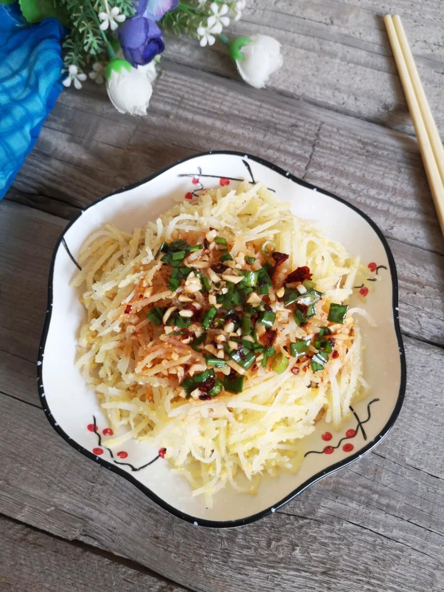 飽腹又美味的夏日小菜:蒸土豆絲,吃一次常想著的做法