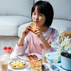 花样早餐:三明治披萨、鸡蛋卷、煎香肠、奶茶
