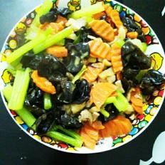 鸡腿肉炒红萝卜木耳芹菜