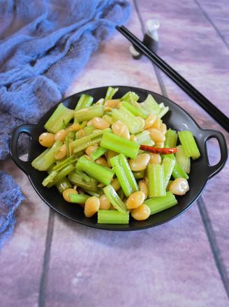 芹菜炒白果的做法