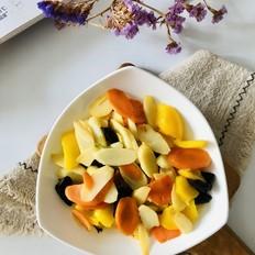 你家山药还在蒸着吃吗?来试试这盘素炒山药,五彩缤纷的颜色让人胃口大开的做法