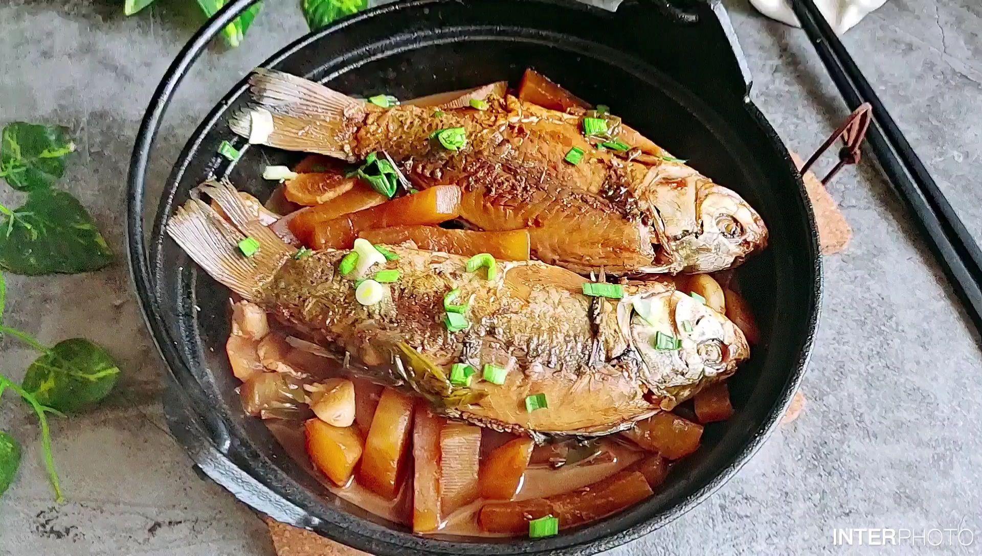 冬天就要多吃萝卜,这样和鱼一起炖,萝卜比肉还好吃…鲫鱼炖萝卜条