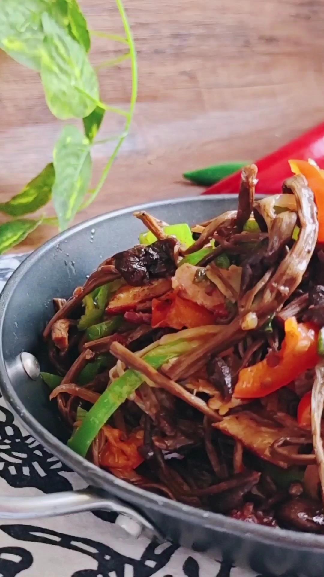 干鲜下饭菜,能下三碗饭~干锅腊肉茶树菇