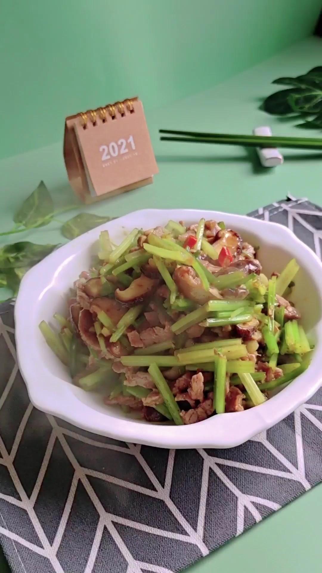家常嫩滑牛肉丝这样做超下饭…芹菜炒牛肉丝