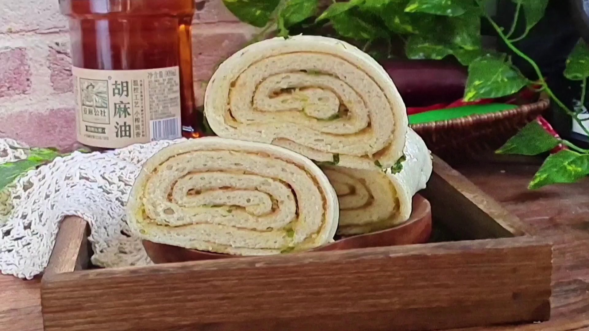 这样做花卷,简单又好吃…芝麻葱油花卷的做法