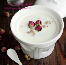 玫瑰花胶炖牛奶