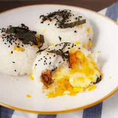让人食欲满满的咸蛋黄肉松爆浆饭团