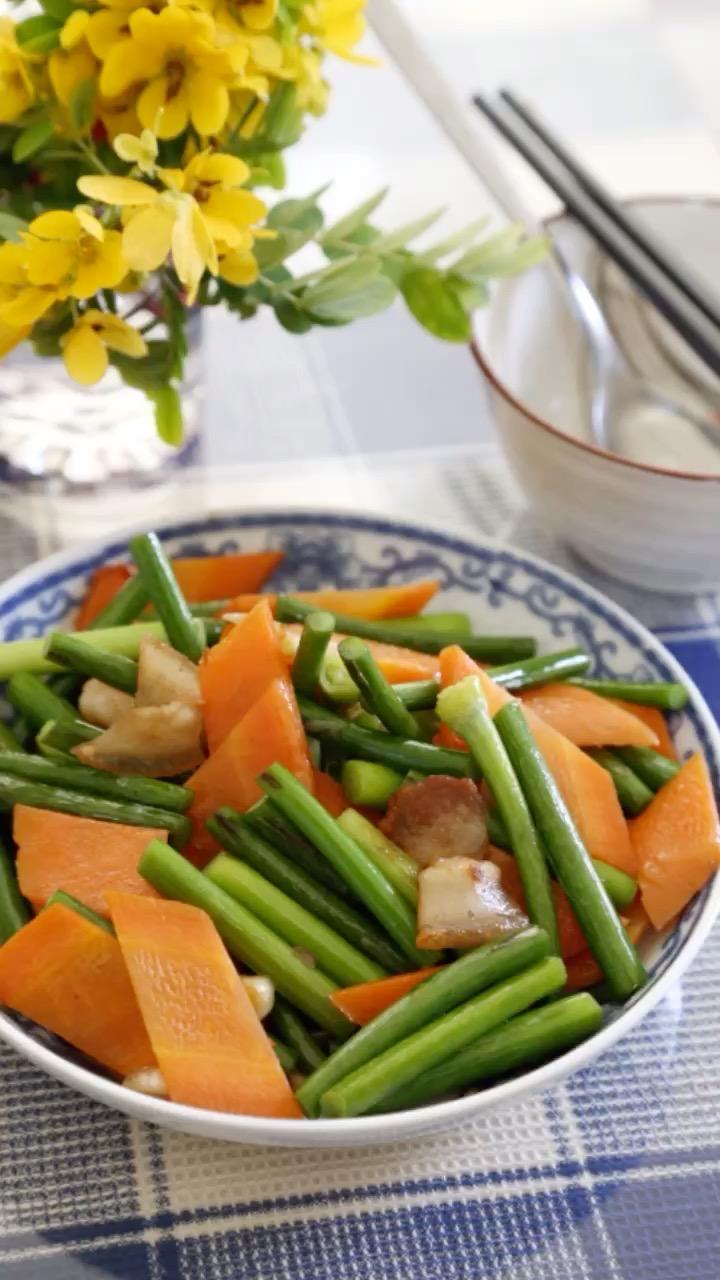 胡萝卜炒蒜苔