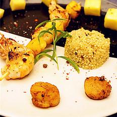 海鳌虾菠萝串配藜麦饭