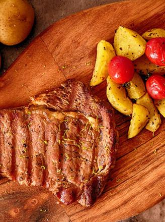 炒鸡饱腹的烤土豆牛排餐的做法