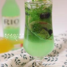 青柠蓝莓鸡尾酒