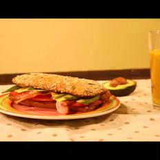 牛油果培根三明治配果蔬汁