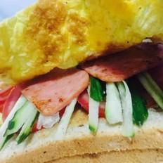 鸡蛋西红柿午餐肉三明治