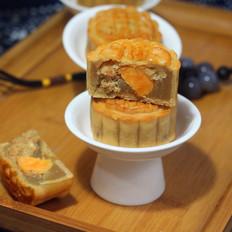 咸甜结合的莲蓉肉松蛋黄月饼