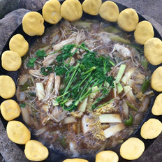 野外铁锅炖鱼