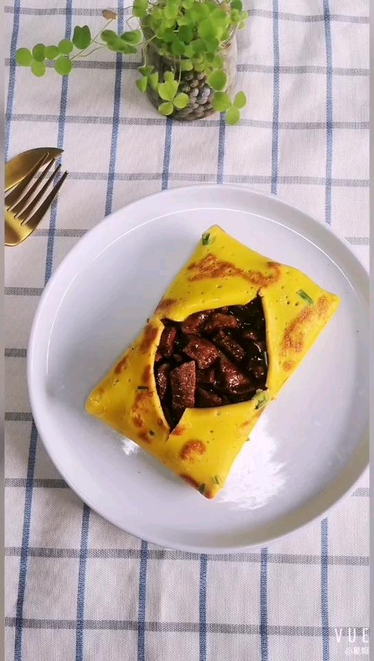 鸡蛋饼裹牛肉的做法