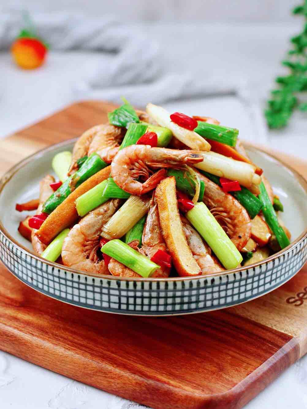 蒜苗香干炒红虾