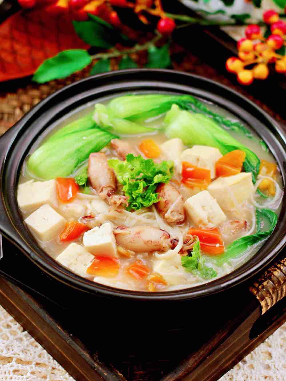 金针菇豆腐鱿鱼煲的做法