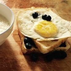 蓝莓蜂蜜煎蛋土司
