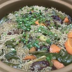 香肠胡萝卜豌豆荚砂锅饭