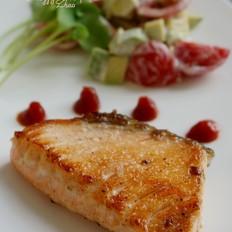 煎三文鱼牛油果沙拉的做法