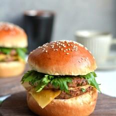 鲜嫩多汁的猪肉饼黑麦汉堡