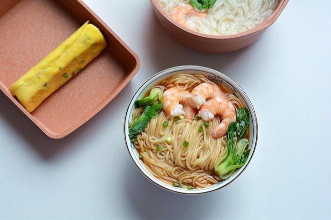 快手美味早餐之秋葵厚蛋烧&大虾青菜面的做法