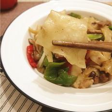 青红椒香菇牛肉炒面片