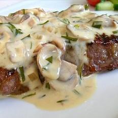 蘑菇龙蒿奶油味的T骨牛排