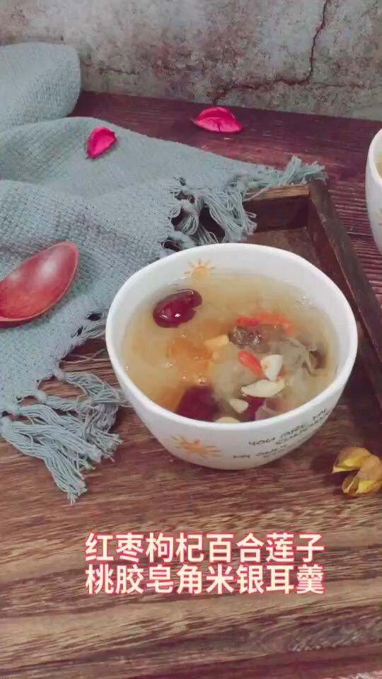 红枣百合莲子桃胶皂角米银耳羹