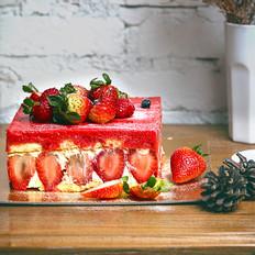 元旦浪漫色:草莓慕斯蛋糕