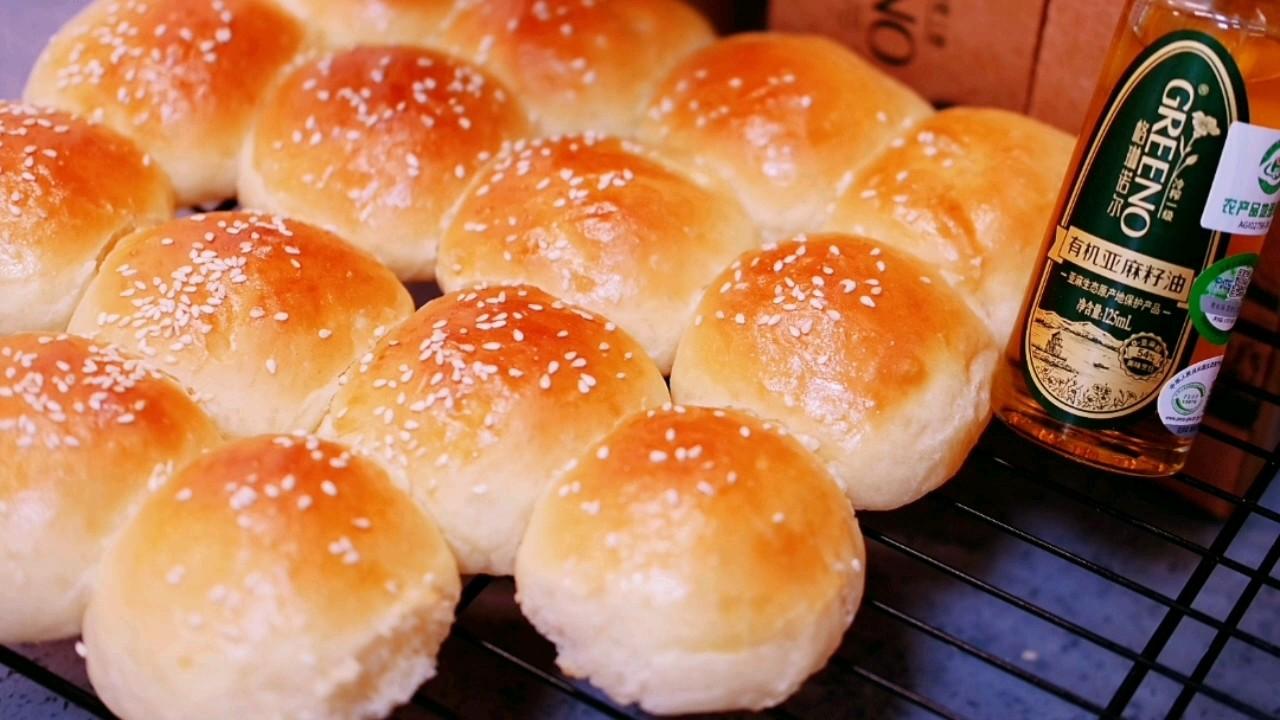 不用厨师机免揉面,也能做出蓬松暄软拉丝的早餐包的做法