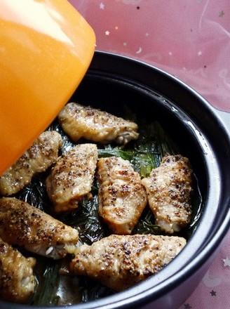 住在塔吉锅里的鸡翅--葱油鸡翅的做法