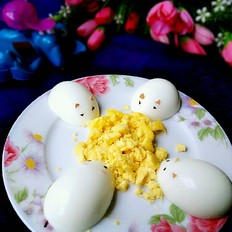 小老鼠偷吃鸡蛋黄