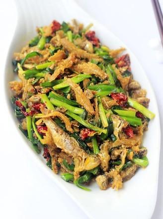 韭菜炒小鱼的做法