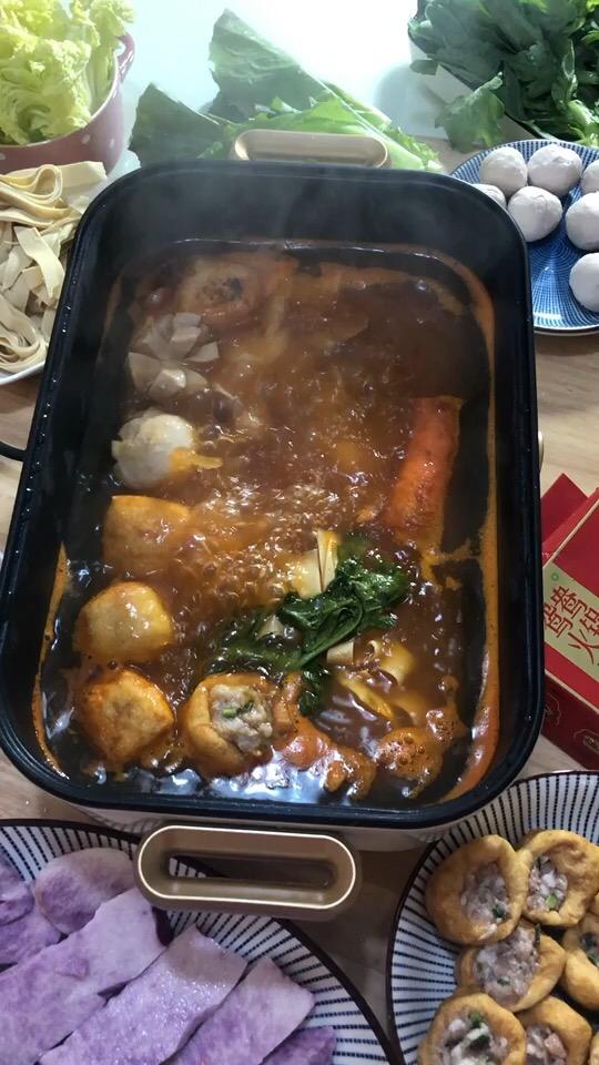 热气腾腾的番茄酸汤杂菜火锅